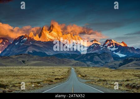 Cerro Fitz Roy se encuentra al amanecer, Montañas de los Andes, Parque Nacional los Glaciares, vista desde la carretera a el Chalten, Patagonia, Argentina