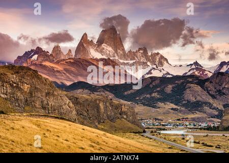 Cerro Fitz Roy se encuentra al amanecer, Montañas de los Andes, Parque Nacional los Glaciares, sobre la ciudad de el Chalten, Patagonia, Argentina