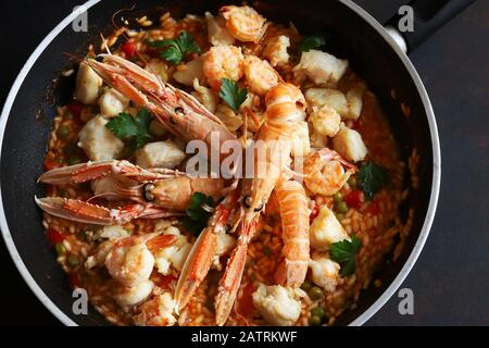 Concepto de comida española. Paella de mariscos, comida tradicional y típica en España con verduras fritas, arroz y mariscos. Vista superior. Foto de stock