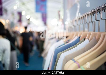 Ropa en el estante de la ropa en la tienda
