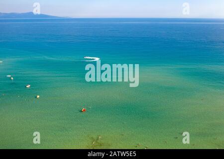 Vista aérea de los pájaros drones de los barcos de vela crucero en el azul profundo del mar Egeo, Grecia.