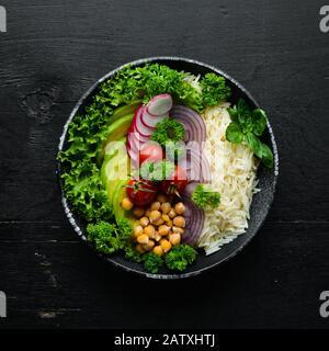Receta vegana de Buddha detox con arroz, aguacate, tomates y garbanzos. Menú platos. Espacio de copia libre. Vista superior. Foto de stock