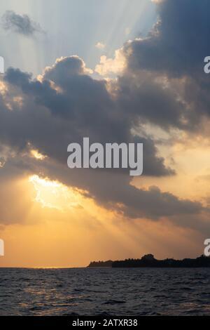 Puesta de sol tropical - espectacular puesta de sol sobre el Océano Índico en las Islas Maldive, Maldivas, Asia