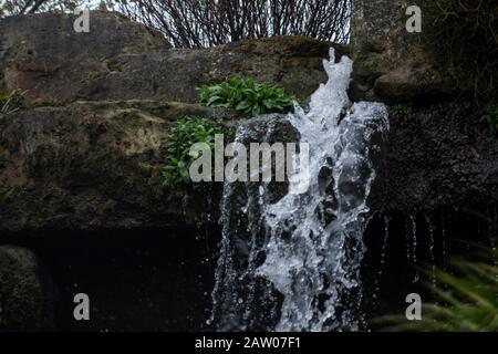 Pico de agua en las rocas