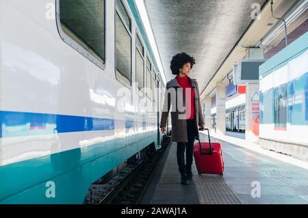 Mujer elegante que va en tren para un viaje de negocios Foto de stock