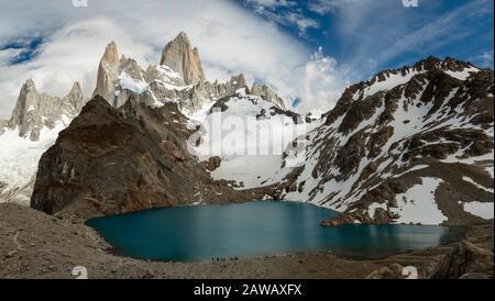 Panorama imagen de la Montaña nevada Fitz Roy y la Laguna de los tres, el Chalten, Patagonia - Argentina