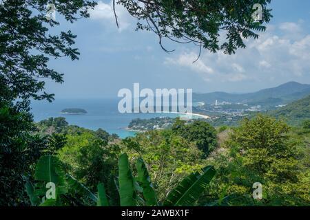 Vista aérea de Phuket contra Karon y Patong. Phuket es una isla grande y un destino turístico popular en el sur de Tailandia.