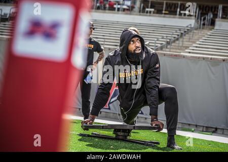 Houston, Texas, Estados Unidos. 8 de febrero de 2020. Los miembros de los Angeles Wildcats se estiran antes del juego XFL entre los Angeles Wildcats y los Houston Roughnecks en el TDECU Stadium en Houston, Texas. Prentice C. James/CSM/Alamy Live News