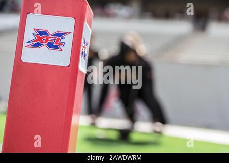 Houston, Texas, Estados Unidos. 8 de febrero de 2020. Un pilón de la Marca XFL descansa en la zona final antes del juego XFL entre los Angeles Wildcats y los Houston Roughnecks en el estadio TDECU en Houston, Texas. Prentice C. James/CSM/Alamy Live News