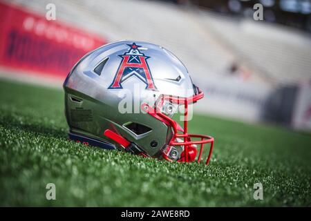 Houston, Texas, Estados Unidos. 8 de febrero de 2020. Un casco para los Houston Roughnecks descansa en el campo antes del juego XFL entre los Angeles Wildcats y los Houston Roughnecks en el estadio TECU en Houston, Texas. Prentice C. James/CSM/Alamy Live News