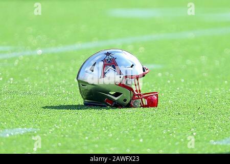 Houston, Texas, Estados Unidos. 8 de febrero de 2020. Un casco de Houston Roughnecks descansa en el campo antes del juego de temporada regular XFL entre los Houston Roughnecks y los Angeles Wildcats en el estadio TECU en Houston, TX el 8 de febrero de 2020. Crédito: Erik Williams/Zuma Wire/Alamy Live News