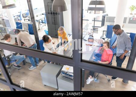 Equipo en el trabajo. Grupo de jóvenes empresarios que trabajan juntos en la oficina moderna creativa.
