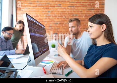 Programación y desarrollo de las tecnologías de codificación. Diseño de sitios web. Programador que trabaja en una empresa de desarrollo de software office.