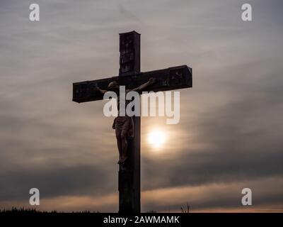 Jesucristo crucifijo cruz en el cielo amanecer concepto Navidad religión católica, perdonar culto cristiano dios, feliz día de pascua, oración alabanza g