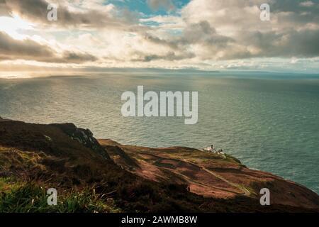 Vistas desde el Mull of Kintyre a Irlanda del Norte y la isla Rathlin en condiciones climáticas dramáticas en invierno, Escocia, Reino Unido