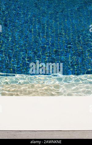 Piscina con azulejos azules y agua ondulada. Imagen abstracta de fotograma completo.