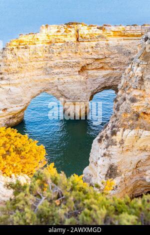 Hermosa vista de Praia da Marinha. Rocas, acantilados y plantas verdes en Algarve, Faro, Portugal. Aguas turquesas del océano Atlántico. Forma del corazón en las rocas