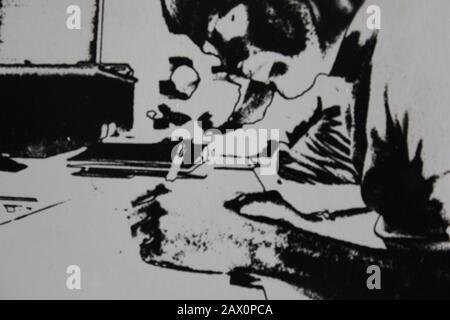 Fotografía extrema de la vendimia en blanco y negro de la década de 1970 de un estudiante masculino que toma notas en clase