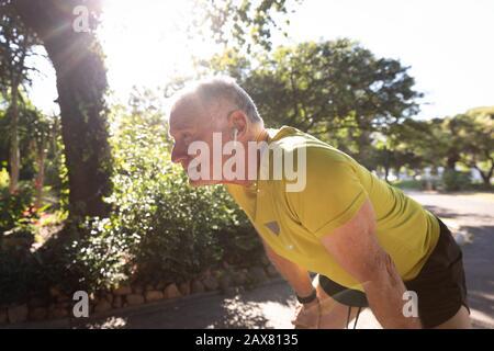 Jogger corriendo en el parque