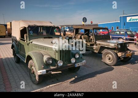 GAZ-69 de 1950, camión ligero soviético y WW2 American Willys MB jeep, Oldtimer Bazar feria en Wroclaw, Lower Silesia, Polonia