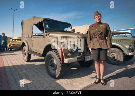 Mujer en el uniforme de oficial soviético, GAZ-69 de los años 50, camión ligero soviético, Oldtimer Bazar feria en Wroclaw, Baja Silesia, Polonia