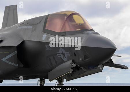 Un avión de combate sigilo F-35B Lightning II del cuerpo de Marina de los Estados Unidos asignado a la 31ª Unidad Expedicionaria Marina se prepara para despegarse de la cubierta de vuelo del buque de asalto anfibio USS America el 6 de febrero de 2020 en el Mar de Filipinas.
