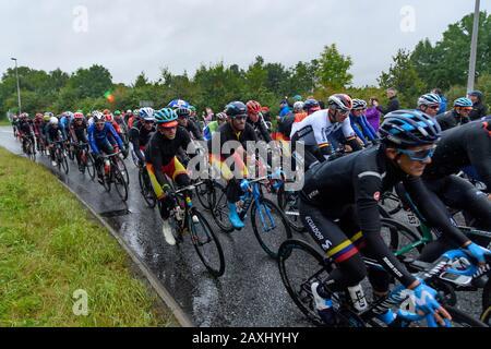 Carreras de bicicleta de carretera para hombres (ciclistas en bicicletas en pelotón) montar y competir en carrera vigilada por los seguidores en la lluvia - Campeonato Mundial UCI, Yorkshire, Reino Unido