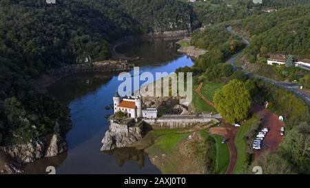 Vista aérea de la hermosa el Chateau de la Roche es un hermoso castillo restaurado en Saint-Priest-la-Roche en Roanne, Francia en una isla en el lago