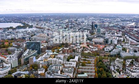 Vista aérea del paisaje urbano de Hamburgo en Alemania. Es una ciudad enorme con varios distritos. Por encima de la vista hazaña. Los edificios y lugares de interés del centro de la ciudad de Hamburgo