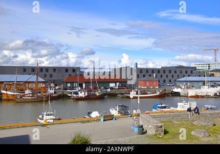 Barcos amarrados a lo largo del muelle del río Nidelva en Trondheim, Noruega.