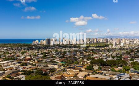 Vista aérea de los suburbios de Kaimuki y Waikiki con Honolulu en el fondo