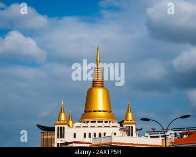 Singapur – 26 Dic 2019 – estupa budista dorada / cheitya de Kong Meng San Phor Kark Véase monasterio, también conocido como templo de Bright Hill en Singapur.