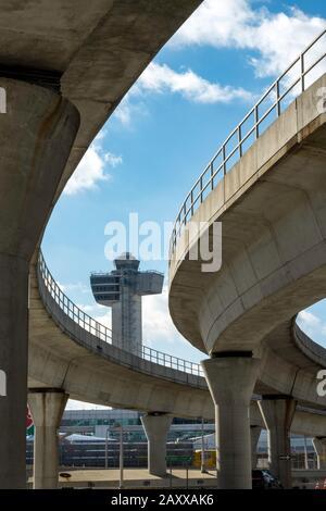 Sobrepase AirTrain con la Torre de Control en el fondo en el Aeropuerto Internacional John F. Kennedy, Nueva York, Estados Unidos