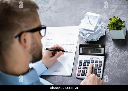 Contable Cálculo De Finanzas. Sobre La Vista De Hombro
