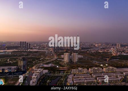 Vista aérea a los nuevos desarrollos inmobiliarios de lujo a lo largo del río Saigón desde el distrito de Jue Thiem, en Ciudad Ho Chi Minh, Vietnam al atardecer