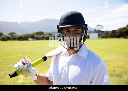 Jugador de cricket mirando la cámara