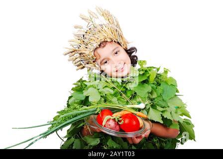 Niña agradable en paños de hojas con sombrero de trigo en la cabeza