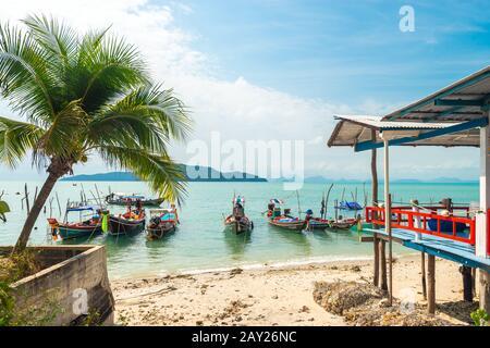 Koh Samui, Tailandia - 2 de enero de 2020: Auténticos barcos de pesca tailandeses atracados en la playa de Thong Krut en Taling Ngam un día