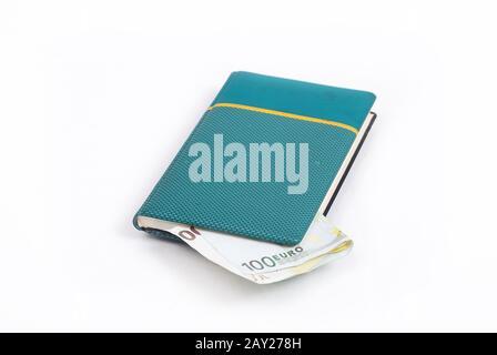Euro dinero en un pequeño cuaderno verde
