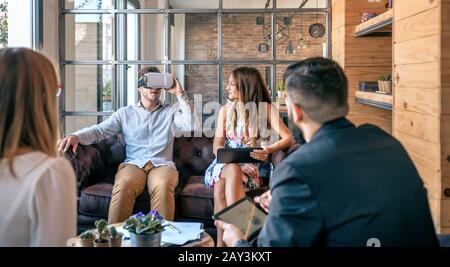 Empresario utilizando gafas de realidad virtual