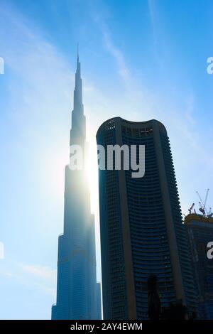 Dubai, EAU - 01 de febrero de 2020: Modernos rascacielos del centro de Dubai en el sol, EAU