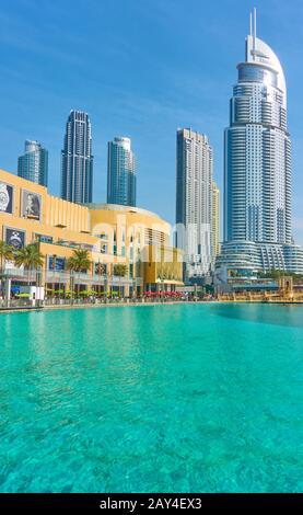 Dubai, EAU - 01 de febrero de 2020: Vista del centro de Dubai con Dubai Mall, modernos rascacielos y piscina. Composición CopySpace