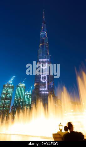 Dubai, EAU - 01 de febrero de 2020: La Fuente de Dubai y el edificio Burj Khalifa por la noche