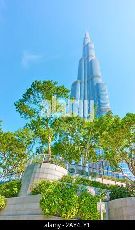 Dubai, EAU - 01 de febrero de 2020: Edificio Burj Khalifa en Dubai y parque en la parte inferior de la torre