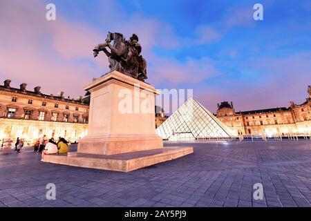 26 de julio de 2019, París, Francia: Estatua ecuestre del rey Luis XIV en el patio del museo del Louvre por la noche