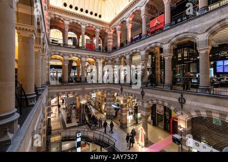 Amsterdam, Holanda - Enero 30 2020: La gente estrall dentro del centro comercial Magna Plaza de lujo en Amsterdam. El edificio data del siglo 19