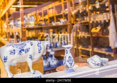 Delft, Países Bajos, 18 De Enero De 2020. Fábrica Real de Delft: El proceso, etapas de la fabricación de macetas una cerámica tradicional de porcelana azul