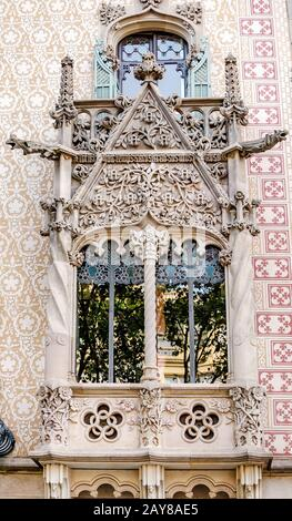 10 DE JULIO de 2018, BARCELONA, ESPAÑA: Edificio de arquitectura moderna en Barcelona