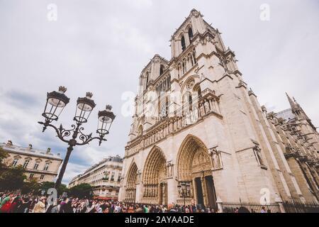 23 De Julio De 2017. París, Francia. Parvis Notre-Dame - Pl. Juan Pablo II Catedral De Notre Dame De París. Fachada del cateterismo de Notre-Dame
