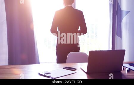 Ángulo de visión trasera del empresario pensando en la visión de futuro en la oficina .
